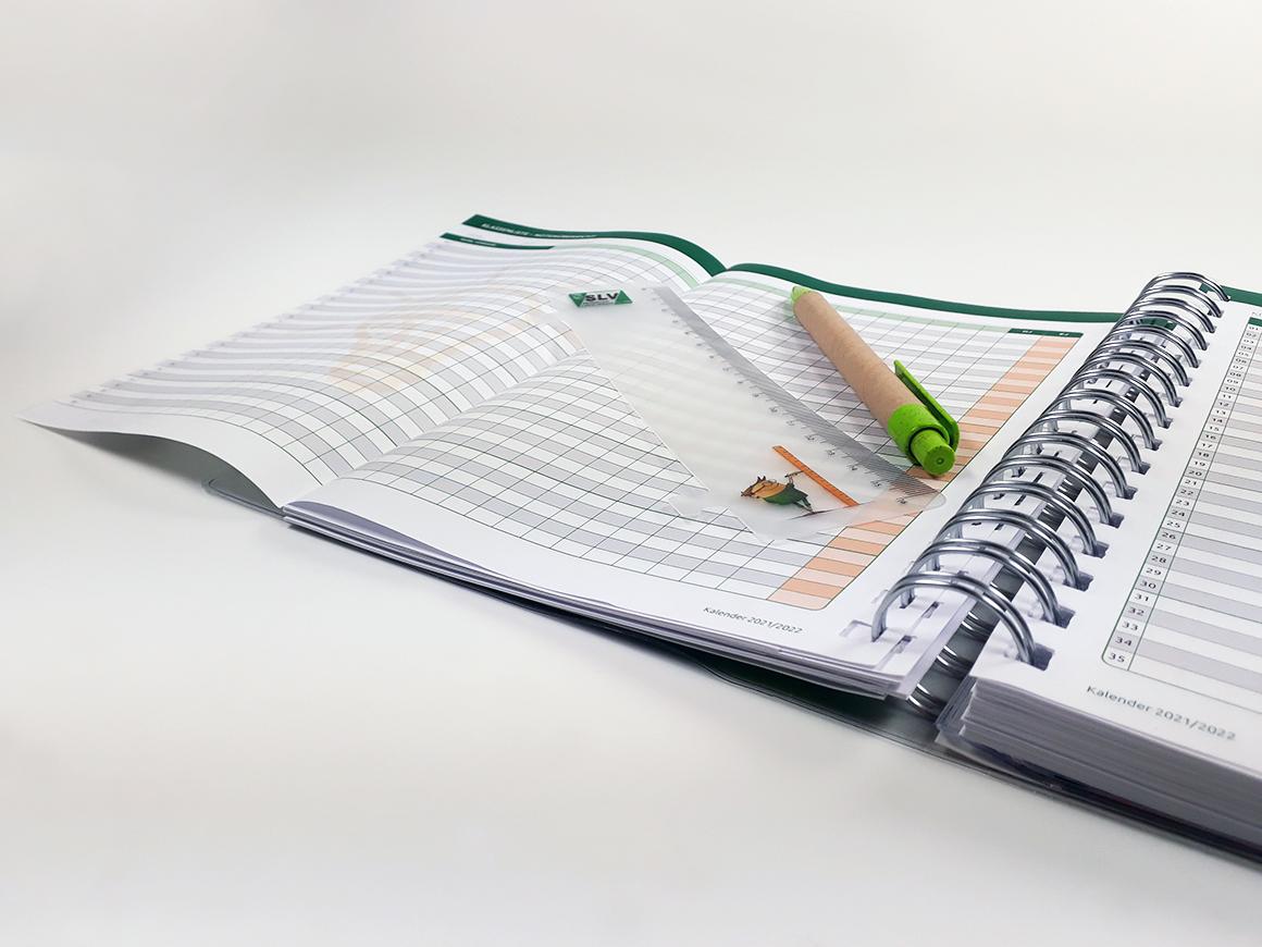 Kalender für die Sächsischen Lehrer und Erzieher, Aufnahme mit Lineal und Stift