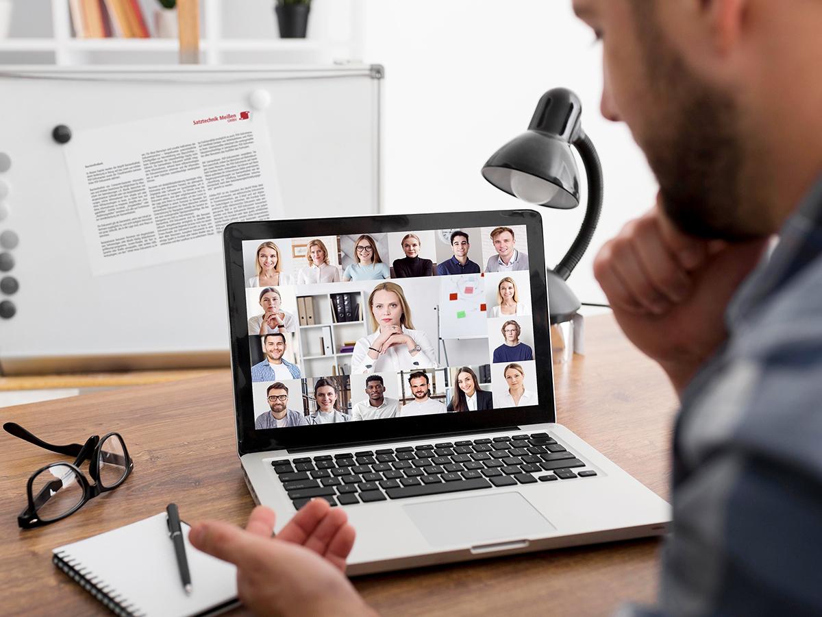 Weiterbildung Barrierefreiheit, Mann am Laptop mit Videokonferenz